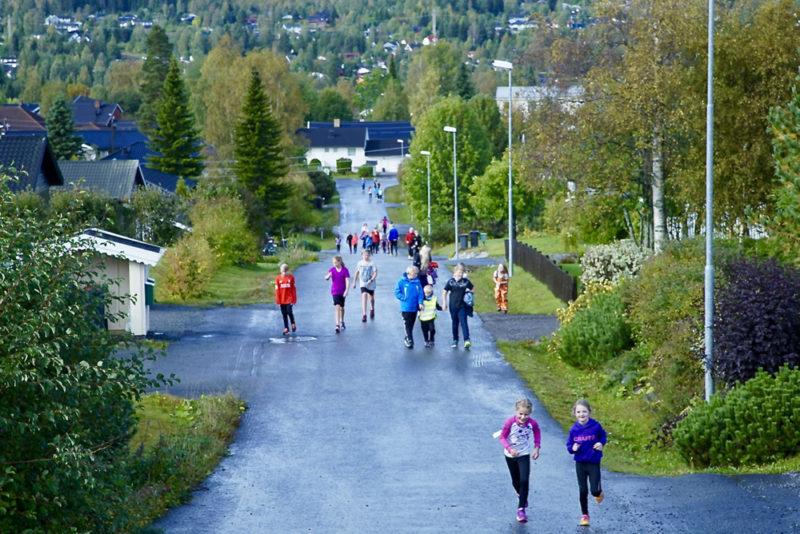 KORTA SKOLE - ivrige elever løper rundt i nabolaget.