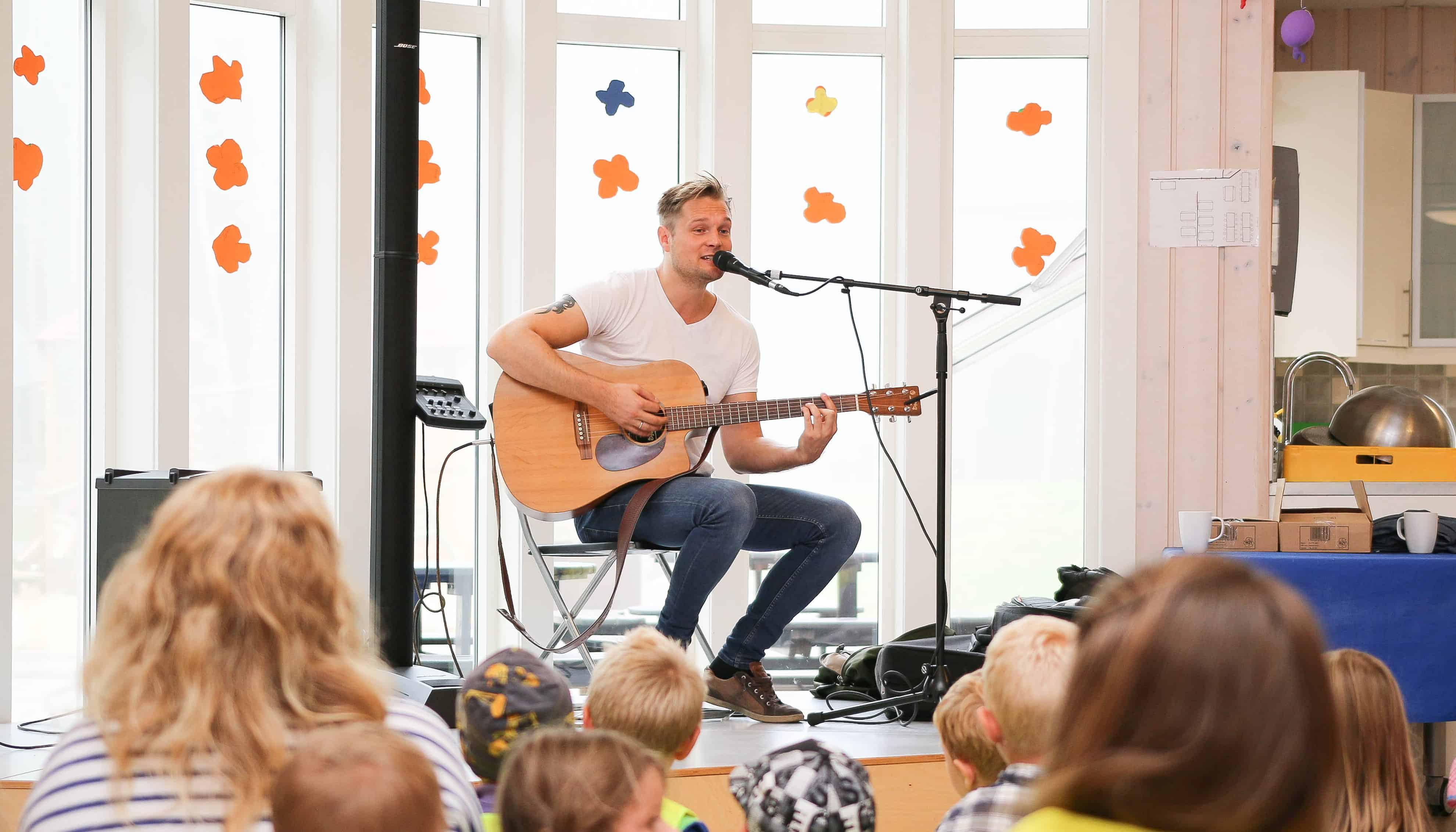 Gaute Ormåsen spiller for barna i Ødegården Barnehage i Hurum