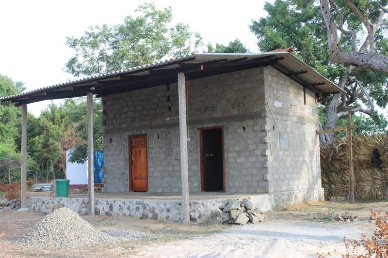 Slike hus finansierer nå Sandefjord VGS. Det er hus med to rom og med grunnmur for dobling av arealet. Kjøkken, toalett og brønner med rent vann er også med i prosjektet.