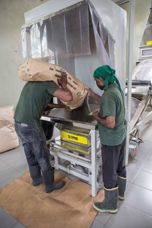 Det er mange maskiner som gjør om bladene til pulver.