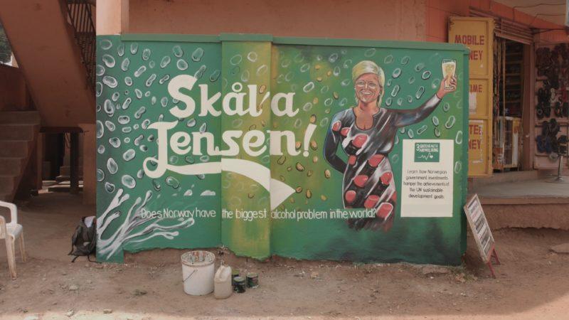 Oljefondet har et alkoholproblem: Siv Jensen på en vegg i Uganda.